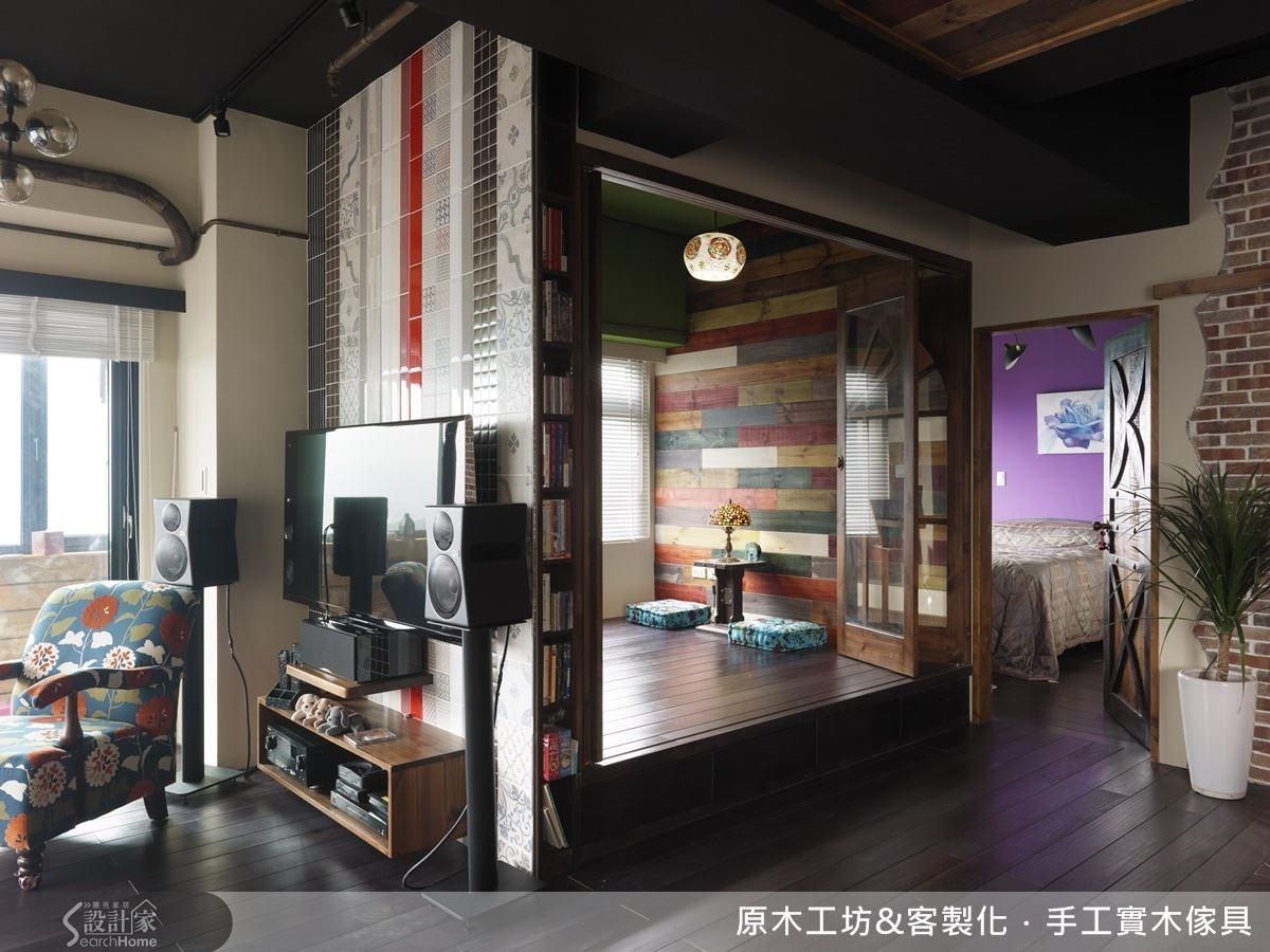 和室兼客房因佔坪不大,更需考量採光與通風.以調性較為活潑的紅、綠、白、木色四色及大面積的開窗,引光入室,增加通透感,使空間更有生氣.折門設計美感十足,同時讓空間的運用更為彈性.折門外因柱子產生的零畸空間,做成書櫃,強化和室的功能,巧思隨處可見。