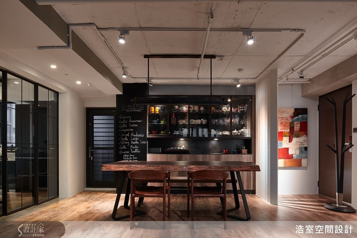 深色異材質餐廳展示櫃坐落於格柵與黑板漆柱體中間成為端景。