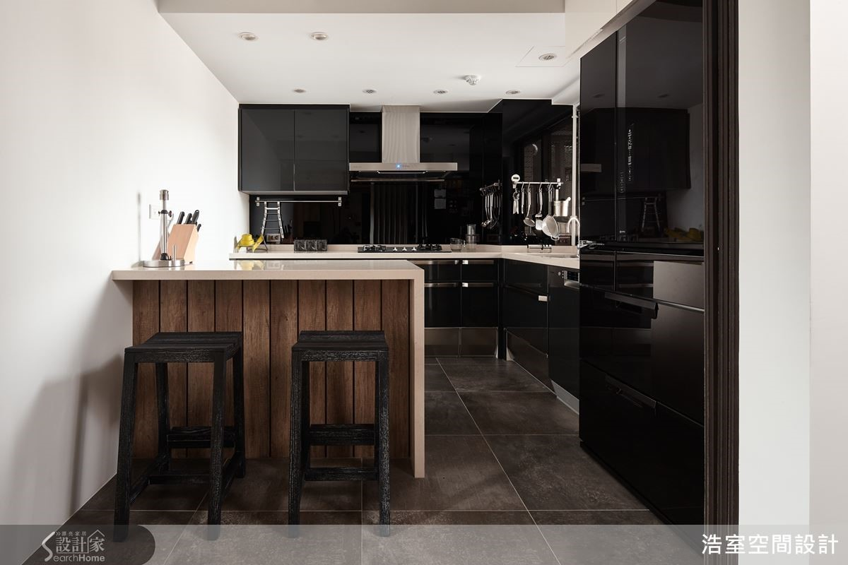改變入口的半開放式廚房連結餐廳,藉以玻璃鐵件拉門機動性開闔,成就視覺穿透的寬敞感受。