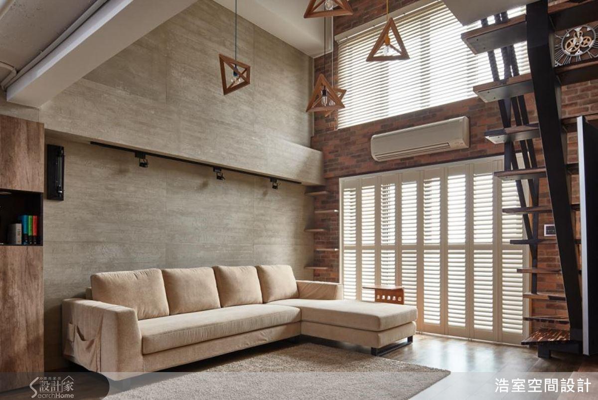 客廳橘紅文化牆鋪陳空間風格氛圍,上下大面採光分別以拉門與電動式木百葉窗建構,體貼使用者調整光線角度。