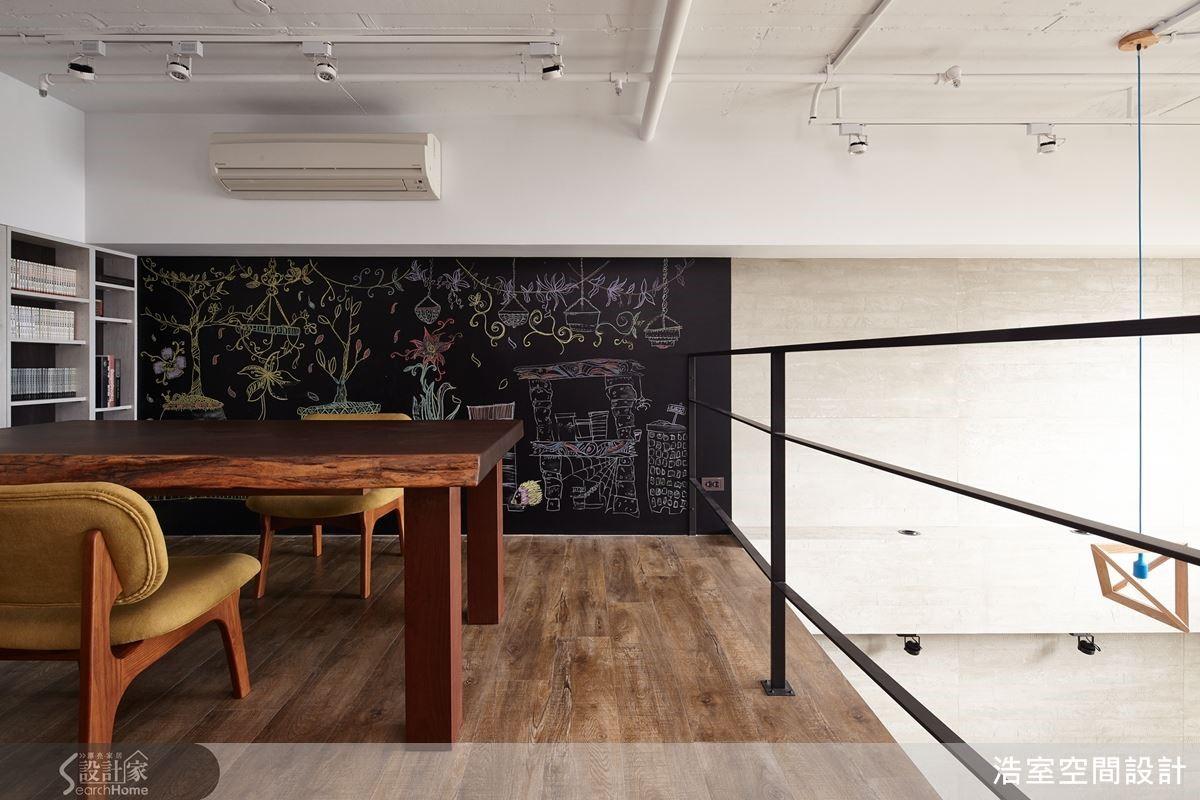 踩上穿透式檜木拼貼樓梯,把手隨原始結構切齊成形,連結2樓書房磁性黑色背牆。