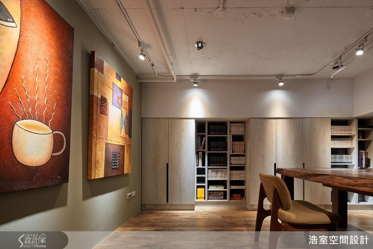 側邊利用樑柱交錯的畸零凹面處,打造虛實深淺不同的收納櫃,收整消防變電箱,呈現俐落舒適的視覺感受。