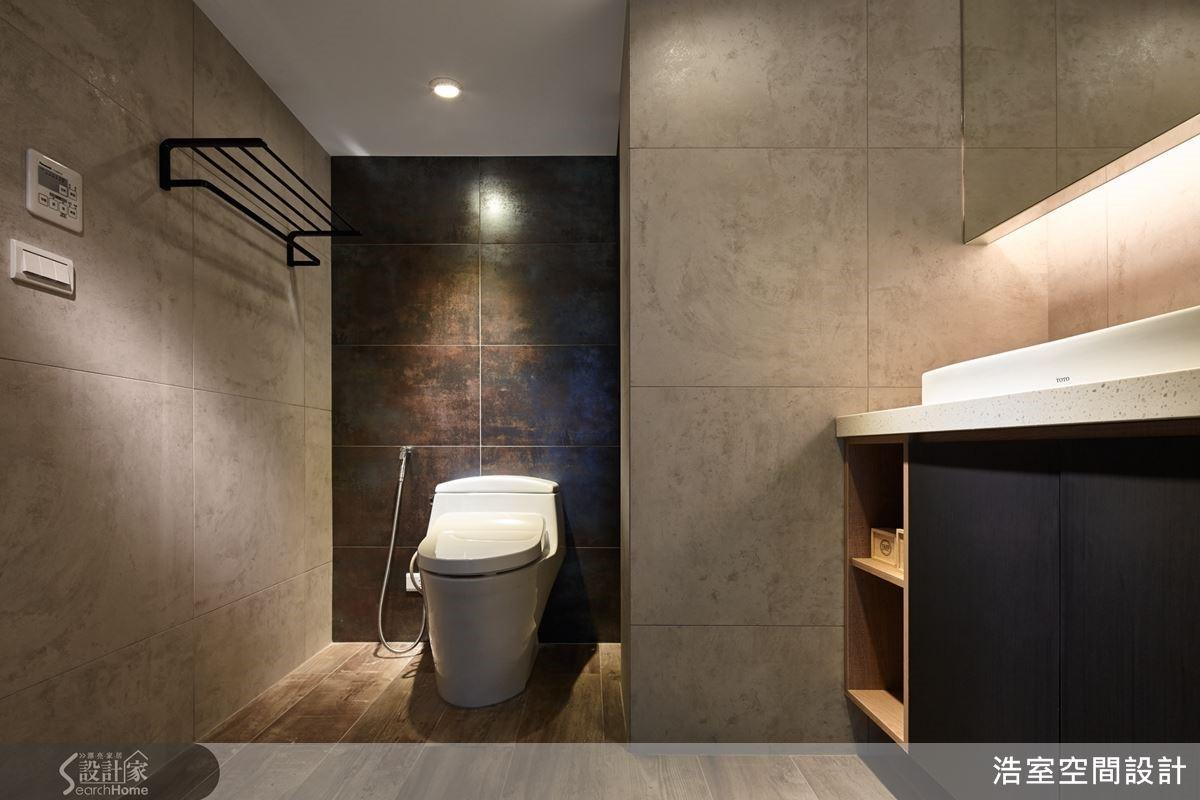 通過更衣室進入主浴,利用畸零空間砌出沐浴用品的置物格,特以保有隱私性的膠合玻璃納入採光,對應銅化仿銹磚營造端景帶出精品氛圍。
