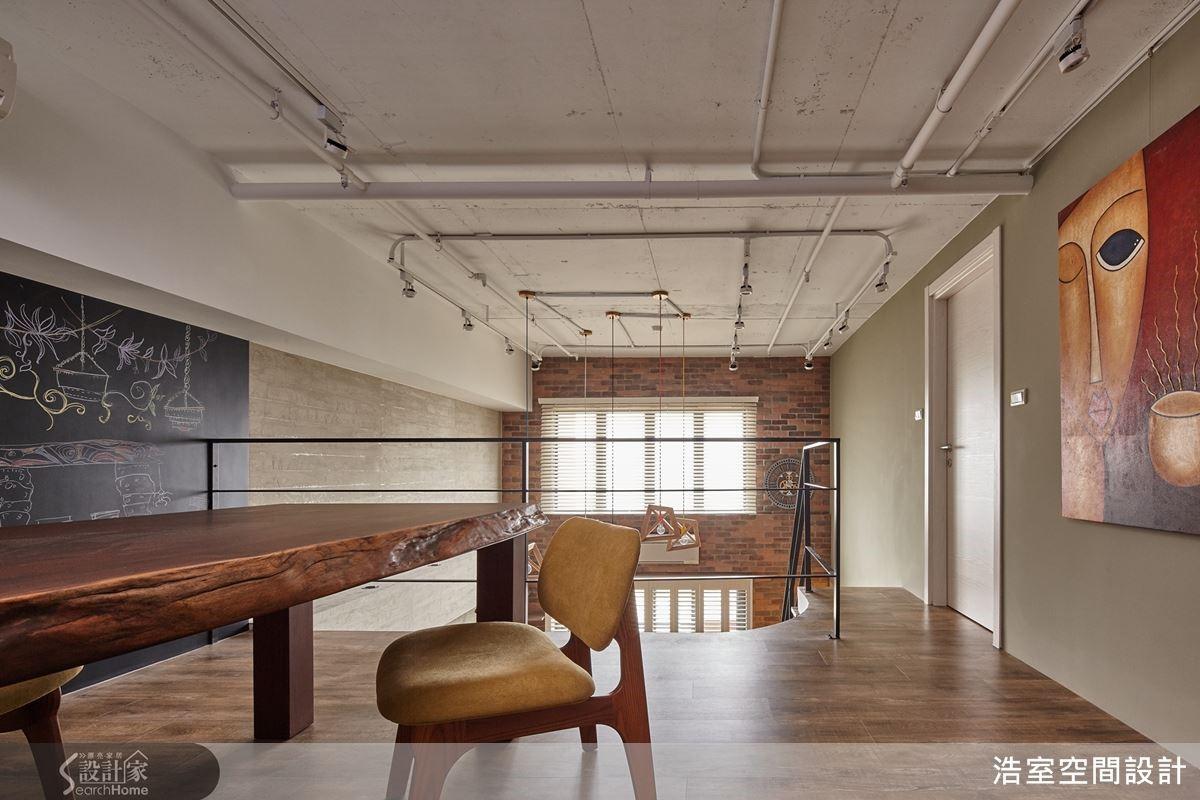 整體藉以單品燈具、家飾綴點,呈現舒適溫馨的混搭工業風格,設計依附建築原始條件型塑規劃,美化裸露機能管線,彰顯老宅新樣貌與得天獨厚的採光優勢,成就天高地闊的氛圍。讓老宅第隨著主人的成長蛻變,邁向下一階段愛的續集。