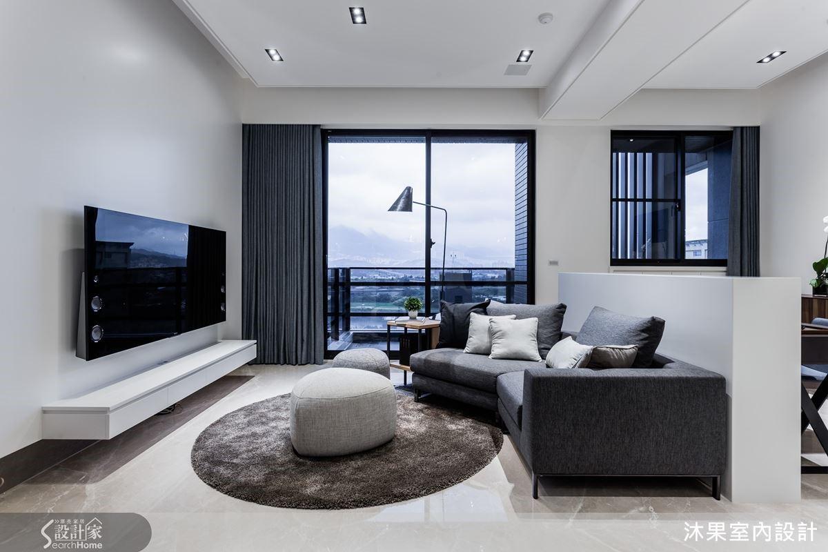 客廳保留挑高的高度,依循結構樑劃分出空間,同時也削弱大樑的笨重感。電視主牆細節中留線道,埋線與天花規劃間接燈光,強化精緻氛圍。