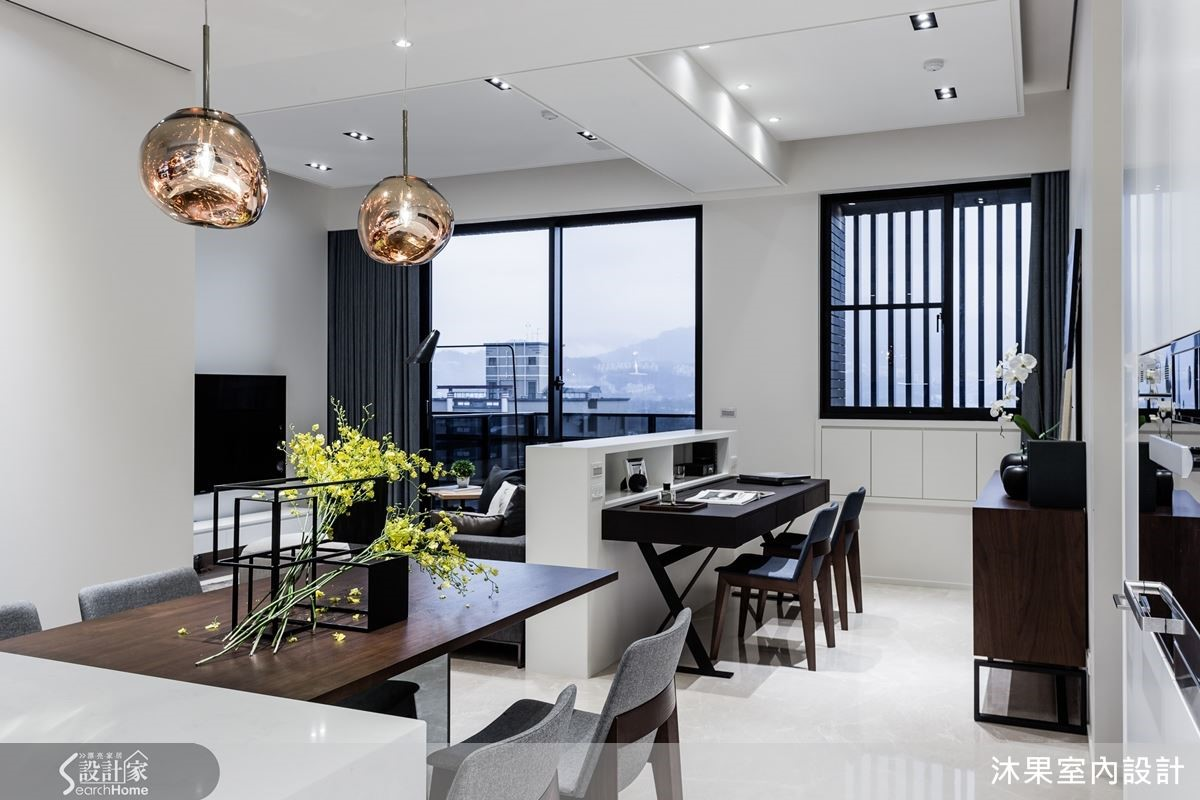 客廳、書房以短沙發背牆平行樑,劃出視線無阻的不同場域,儼然烘托公領域大器極簡的高貴氛圍。