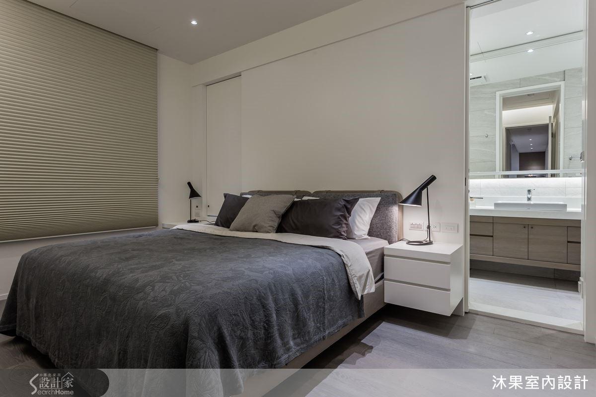 主臥室客製化梳妝桌,對稱床頭櫃減去壓迫,同時依瓶罐高度保留化妝桌機能。活動式開窗拉門,能恣意引入戶外光線。