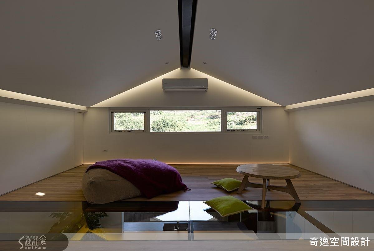 配合天窗設計,更在樓中樓第二層地坪鋪設玻璃,讓光線更加容易進入公領域空間。