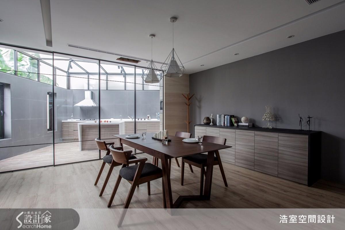 類井式天窗為半戶外廚房帶來絕佳的烹飪旨趣,大量光景更能透過落地窗深入室內空間。
