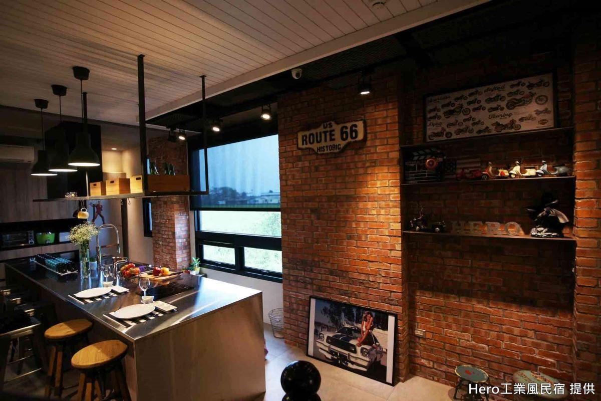 整片紅磚牆面、蒐藏品展示層架、鐵件吊櫃以及 epoxy 無接縫地坪,加上全開放式的餐廚空間,標準工業風精神。