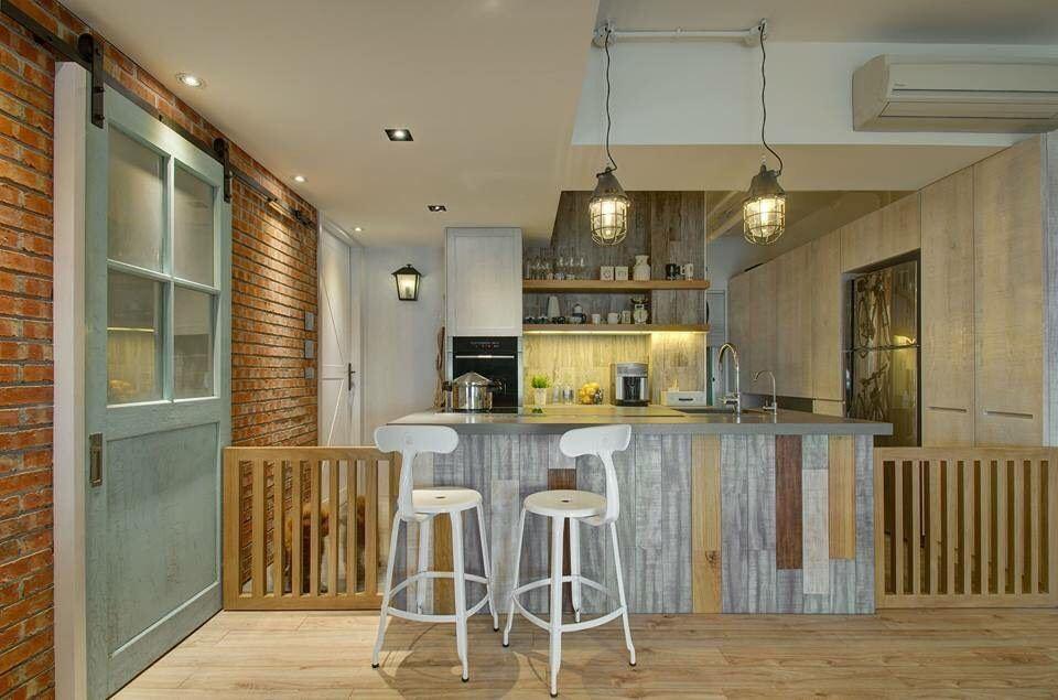 石紋材質的吧檯刻意植入木條的拼接,使得視覺多了活潑與層次感。後方的木質層架,讓主人可以擺放鄉村感的廚房小物,更添樂趣。