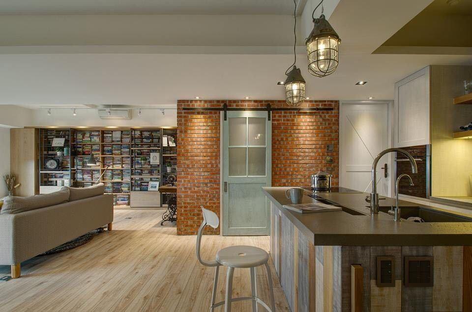 整面紅磚牆與藍色刷舊拉門,為略帶有現代感的鄉村風廚房創造另一個視覺亮點。