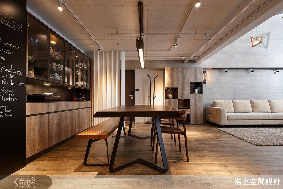 入口玄關運用木作結合烤漆製作了隔柵,避掉一入室直視客廳的情況。