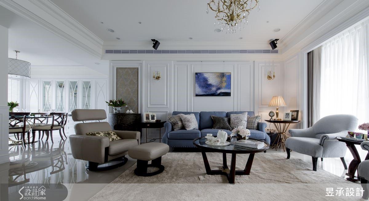 客餐廳雙面採光的好格局搭配英式壁板的主牆設計,凸顯出美式住宅的明亮美感,而沙發左側的端景牆則為入門視線營造出聚焦點。