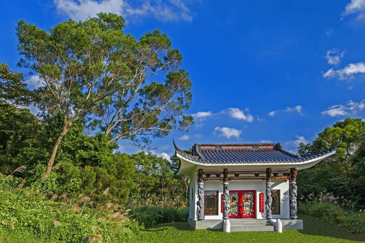 莊園逐一描寫懷念的情愫,也帶我們領略東方與西方信仰的文化建築,更以精工細作的精神再現其中的美學藝術作品。在諾大的莊園環境中,廟宇是依循的宋代建築,虹樑、牛腿取自徽派建築,石柱是閩式的,所以這土地公廟在外觀上呈現的是典型的中國建築藝術之美。