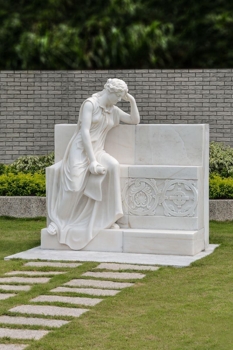 石雕藝術闡述生命紀念的性質,過去有貞節牌坊、節孝坊、德政坊等等,是以紀念和傳承美德為目的,而且絕大多數都以石材建構,在我們的歷史中,帝王陵寢也不乏石雕紀念物,因為石頭的永久性讓石雕成為永恆紀念的不二之選,所以雕刻藝術在莊園中佔有很大的篇幅。