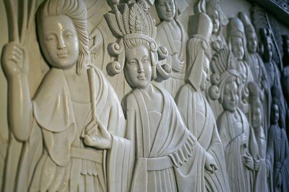 莊園中的東方建築,以再現的千年東方浮雕作品與漢白玉石大佛撐起細緻的莊嚴大器,佐以空間的燈光鋪陳,暈染神聖溫暖氛圍,感知餘韻撼動內心的波瀾,展現出信仰的力量。整體建築空間,跨越制式的空間規劃,先有大石佛像才有佛龕至建築,一切由內往外建構追思的空間。