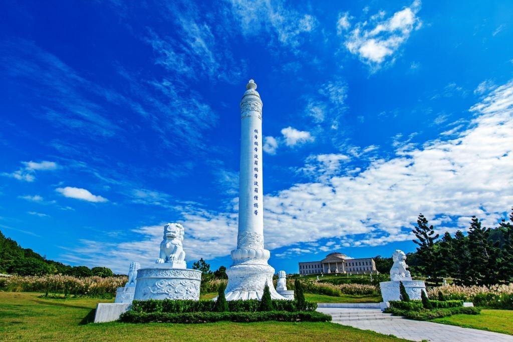 世界各國都有類似的紀念碑,在中國與其類似的叫做華表,這是一座華表作法的心經柱。