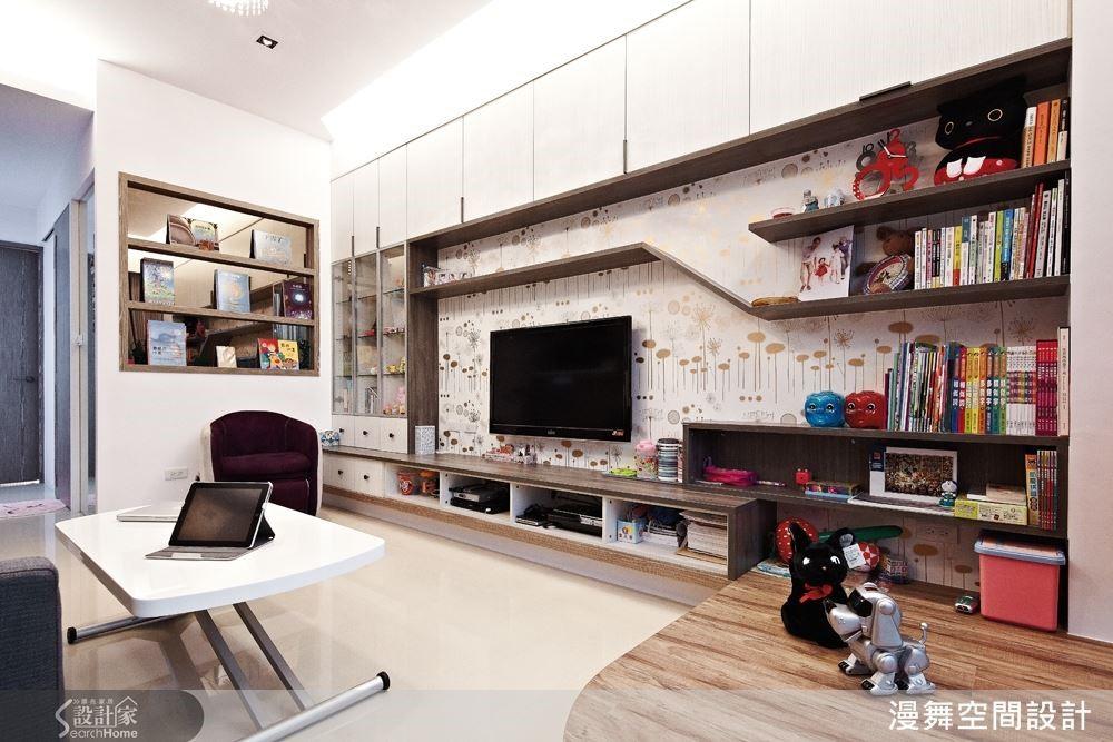 本案空間設計重點在於客廳,電視牆結合孩子們的收納書籍,以層板的方式搭配充滿童趣的壁紙,讓大人們能在此看電視、孩童們在此區閱讀、玩耍,明亮活潑的襯托出溫馨的家庭氛圍。
