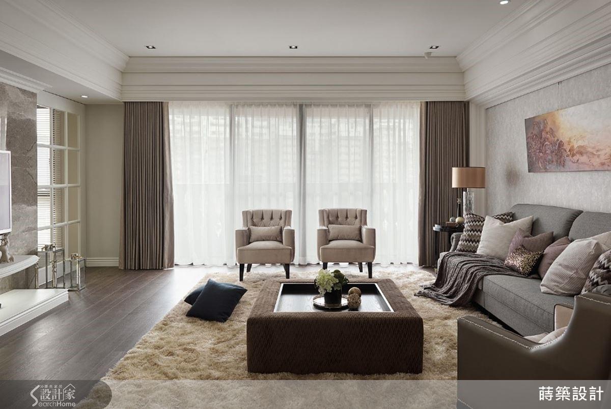 巧妙將現代素材融入新古典的元素中, 35 坪空間也能擁有大器客廳。
