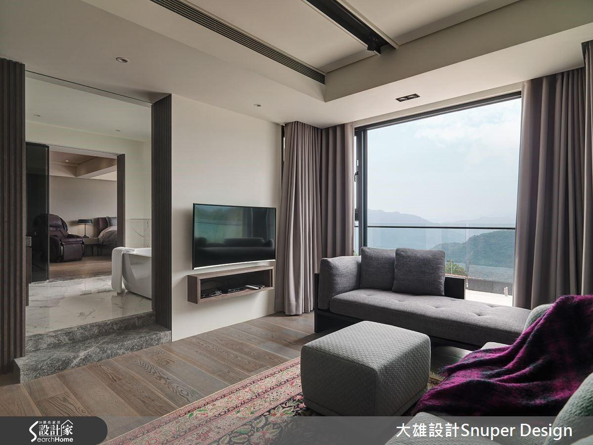 藉由衛浴區隔主臥房與客廳,同時保有私人領域的隱密性。