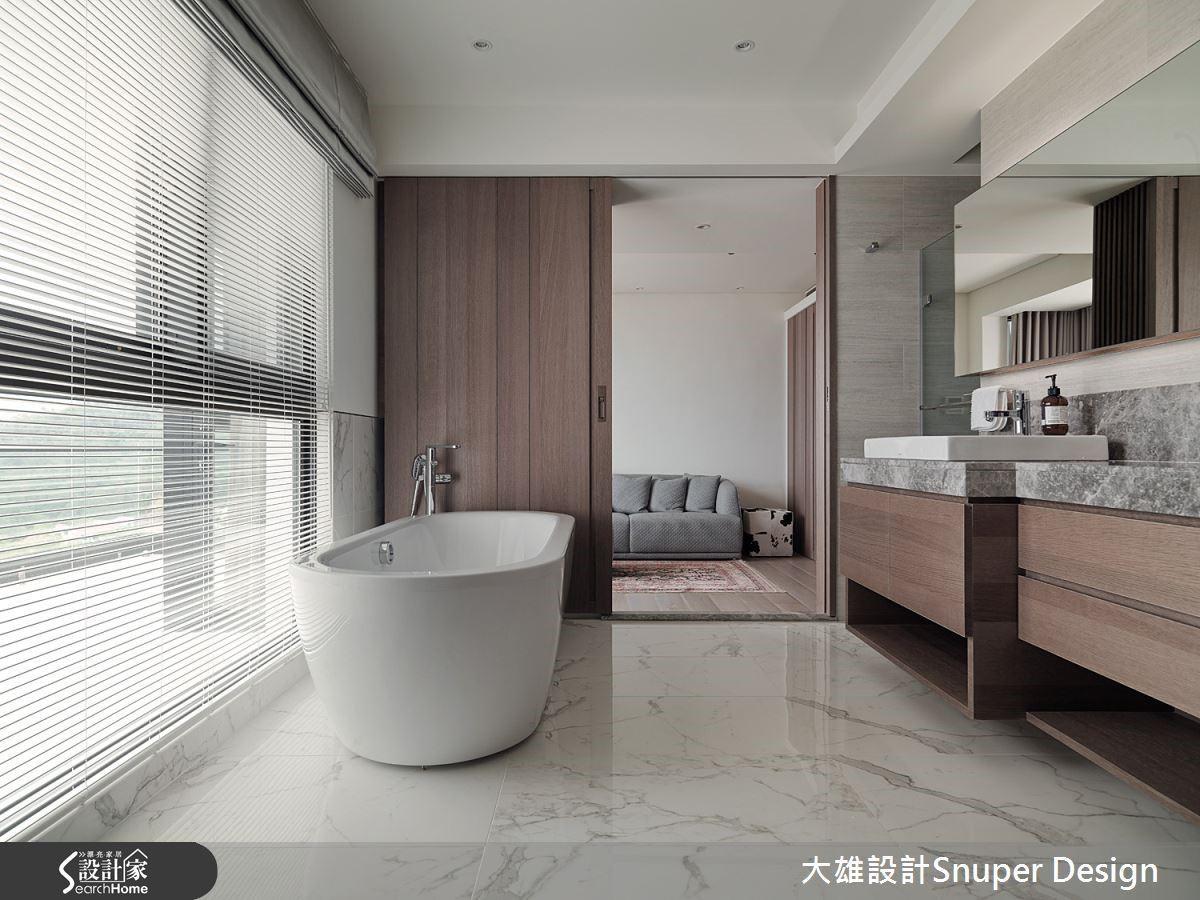 設計上著重突顯場域的輕量感及彈性使用的可能性,以拉門為界,將衛浴做為區隔客廳和主臥的緩衝,同時藉此緊密三者之間的關係