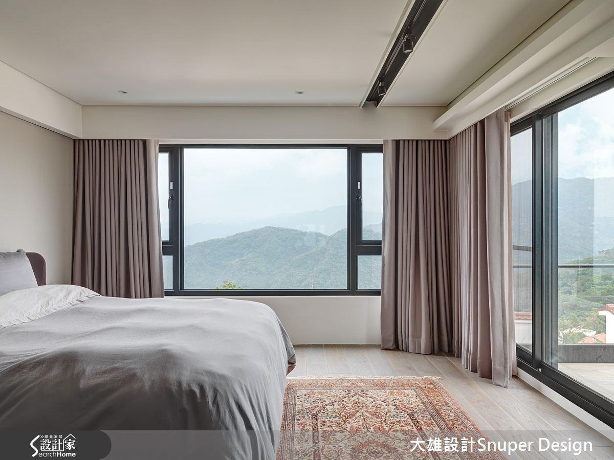 透過新露台推展,主臥室環繞 L 型雙面窗的絕佳視野,室內與山景之間的層次放鬆療癒心性。