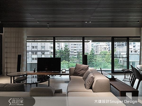 天花板折板巧妙遮掩書房外的雜亂,同時截取樹梢綠意,讓家中無時無刻感受綠意無盡。