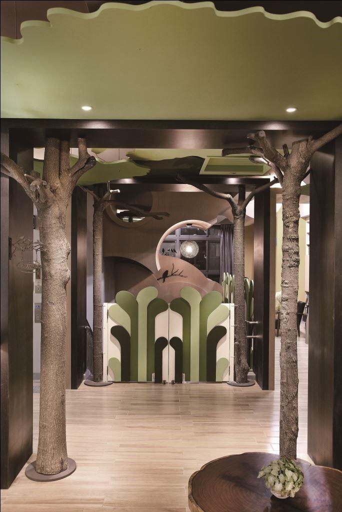保留基地原生樹木,以整體環保概念新生,將樹幹融合森林意象的設計,加乘大自然氛圍。