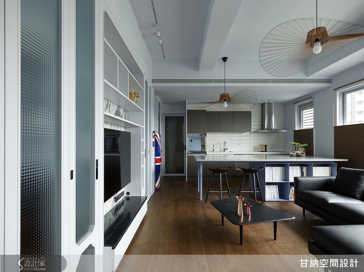 減少小坪數住宅裡的隔間,改透過天花板及地坪的變化,區隔空間同時也維持空間的開闊感。
