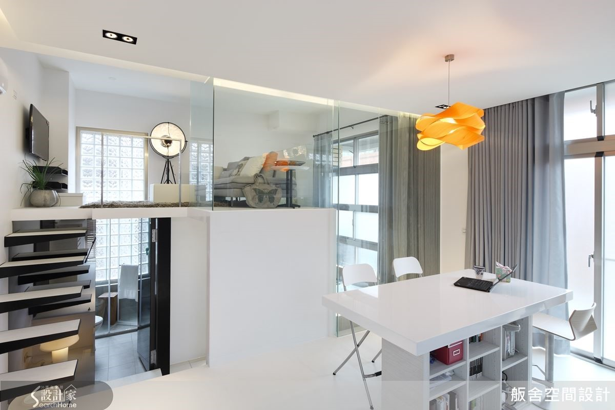 13坪數的空間也能享有兩廳,加上大量使用單一色系與玻璃透視做輔助,減少屋內的間隔感,讓整體空間在視覺上更顯寬闊許多呢!