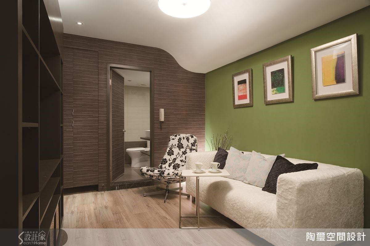 面對採光不足的 10 坪狹長老屋,設計師利用大膽鮮明的單一色彩,為居家空間增添生機與活力。