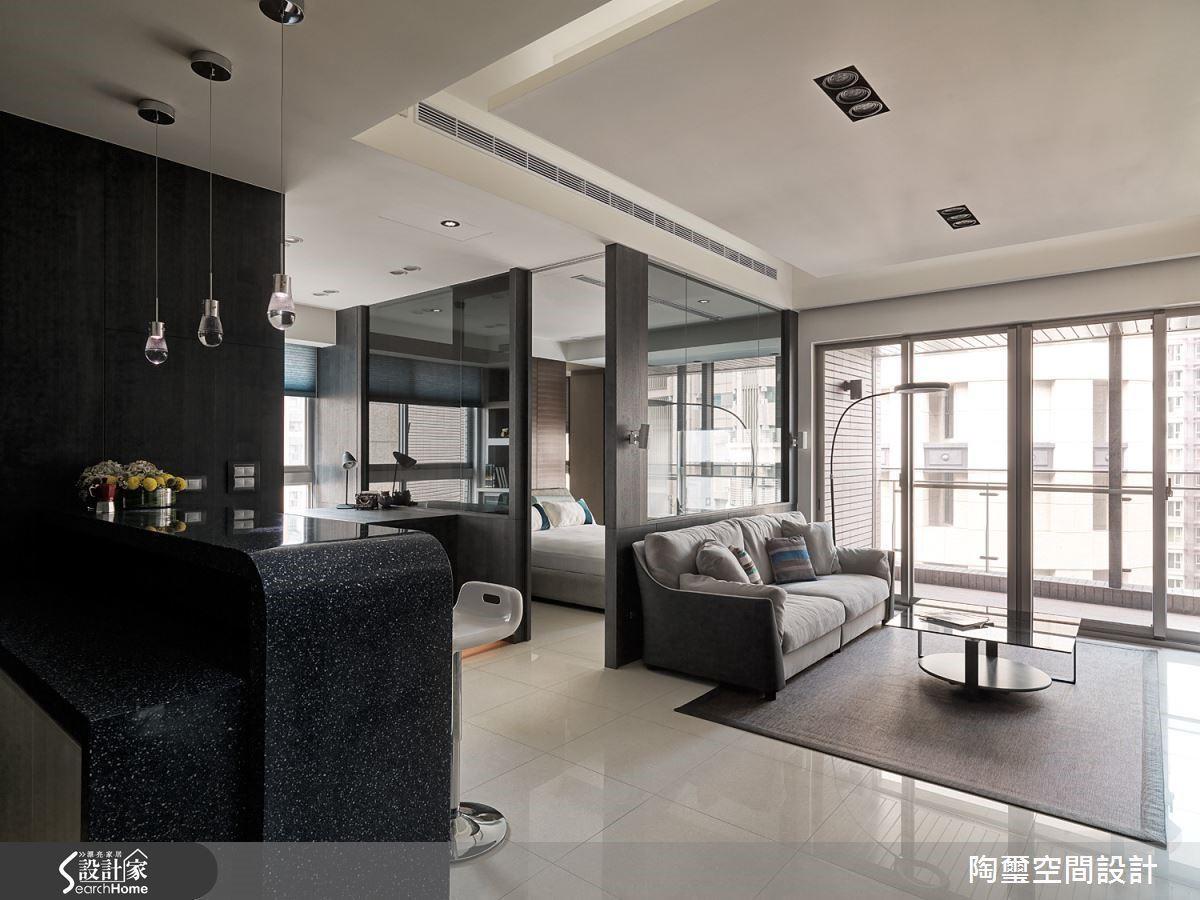 設計師為俐落的屋主打造舒適時尚的飯店風格,利用開放公領域與透明隔間,成功放大視覺感受。