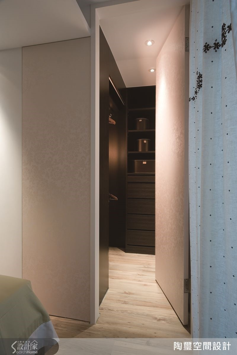 因屋主的特殊想望,必須要在 10 坪空間內打造一個更衣間!設計師在主臥內隔出不到 1 坪的 L 型更衣間,全因巧妙縮減廚房面積而完成屋主夢想。