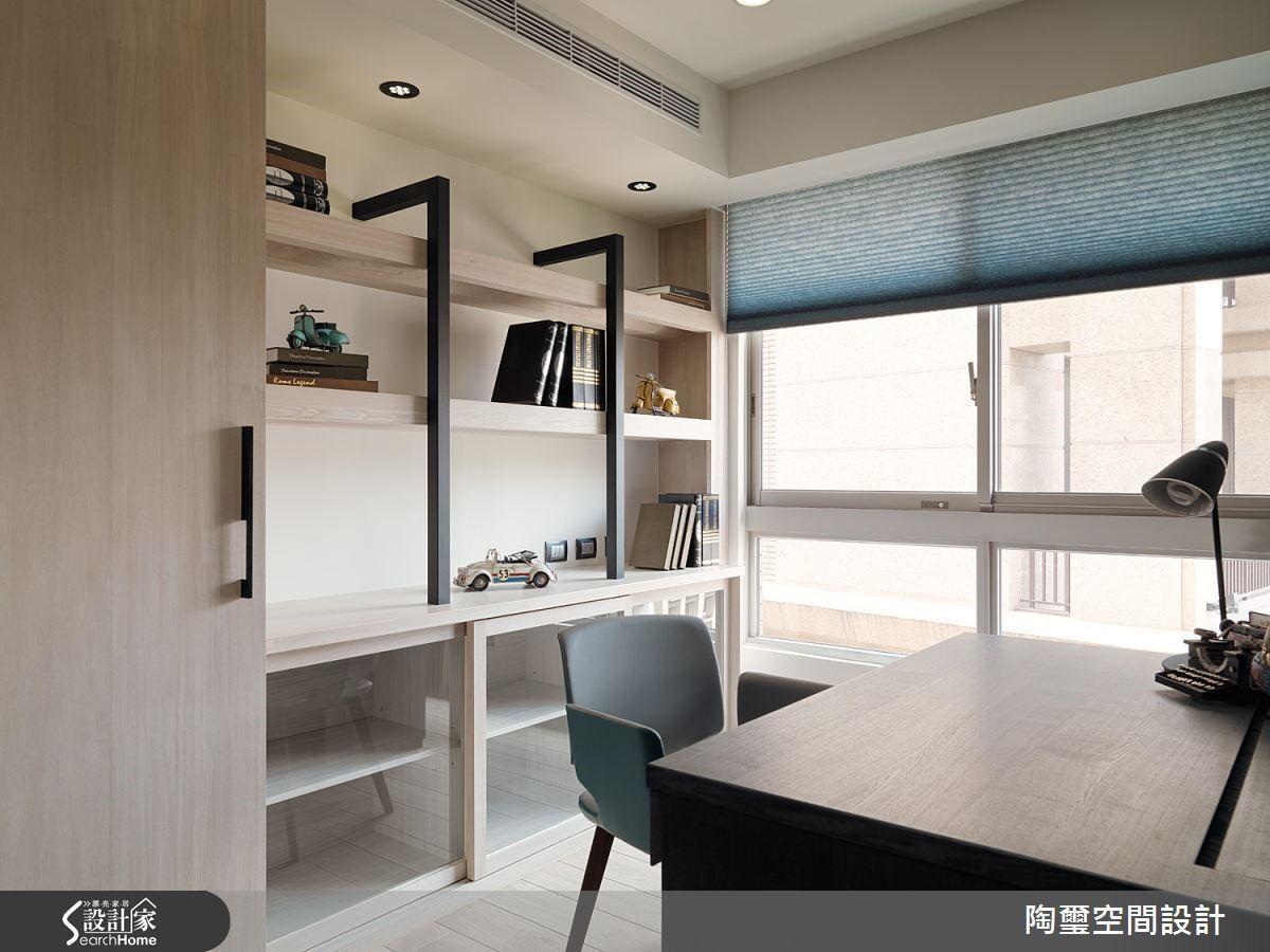 除了書房功能之外,因為地坪鋪設超耐磨木地板,亦可做為客臥使用。