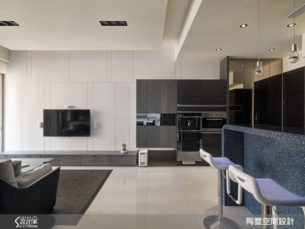 配合屋主並未時常下廚的習慣,將開放式廚房的吧台取代餐桌,是小空間常見的機能整併。