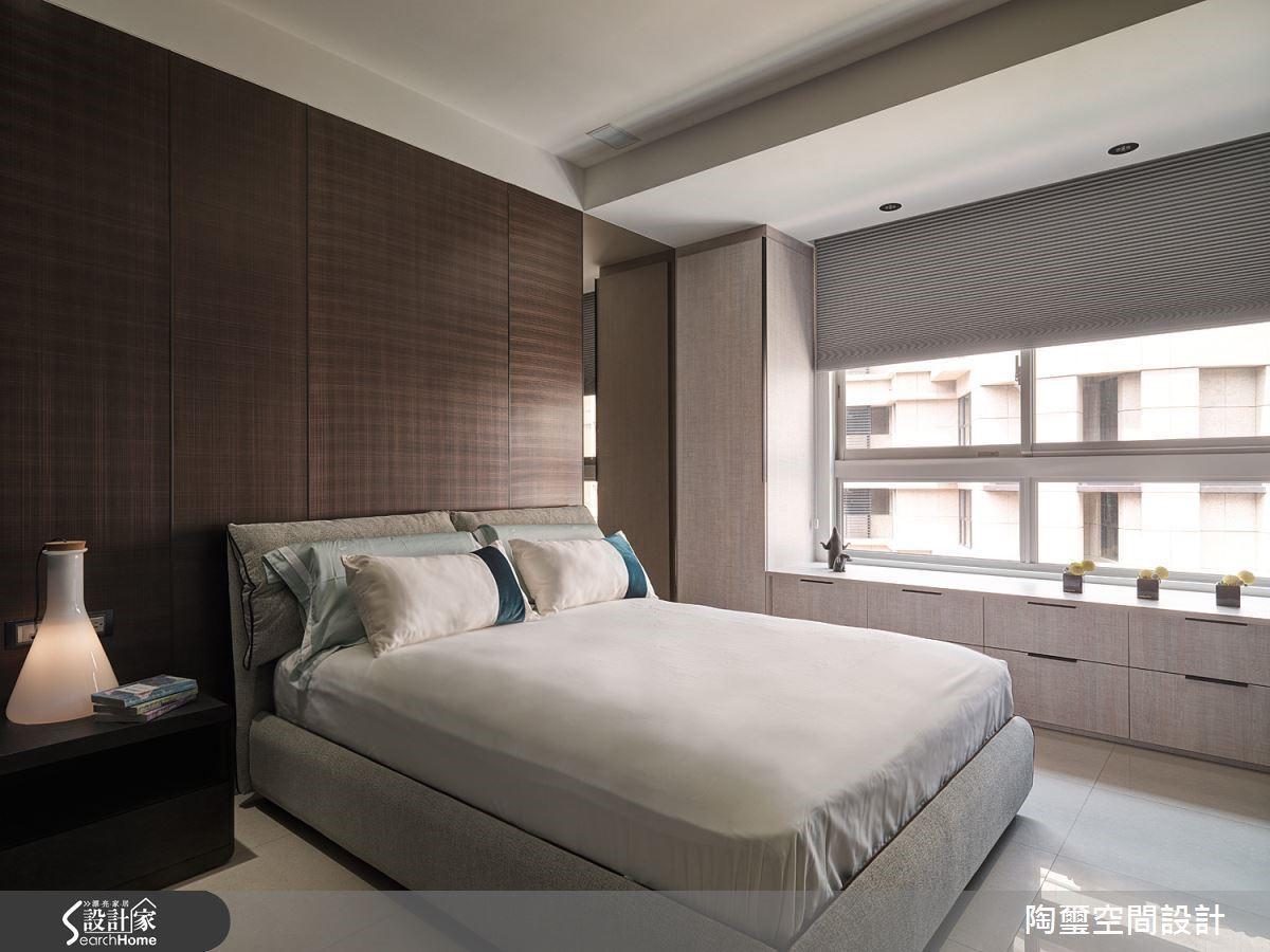臥房牆面採用有著金屬紋路的美耐板材,成功為舒眠空間營造前衛與成熟兼具的飯店風格。