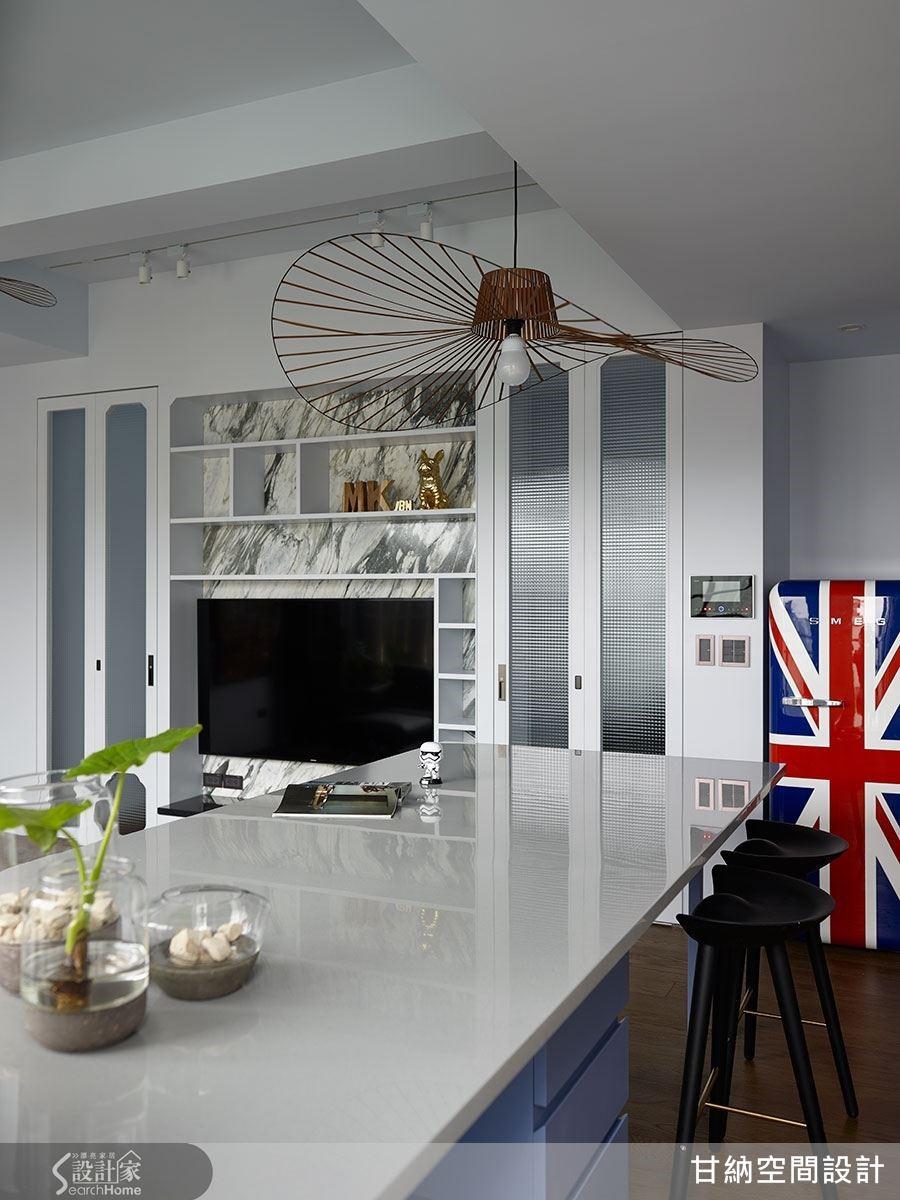 餐桌結合中島,將機能相互整合於其中,無論空間還是家具設備都能同時擁有多種用途。