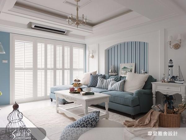 利用純白色系調和皇家藍,將重點放在部分牆面油漆與軟件佈置,最後在沙發背牆使用深淺交替的藍色壁紙,讓設計質感立現。