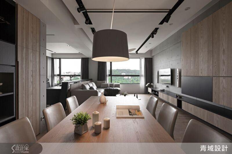 客廳電視牆面運用清水模板的質樸調性與溫潤質感的木材相互搭配,展現出沉穩內斂的空間氛圍。