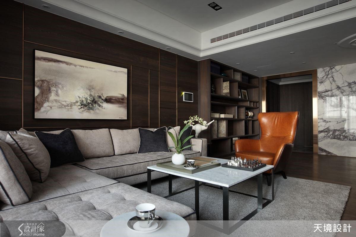 成熟、大人味完整體現在此次設計中,一入客廳空間,穩重氣息襲面而來,淺褐色沙發搭上同色系深淺並間以跳色的的靠枕顯得立體,更配上皮質單椅,為品味畫龍點睛。