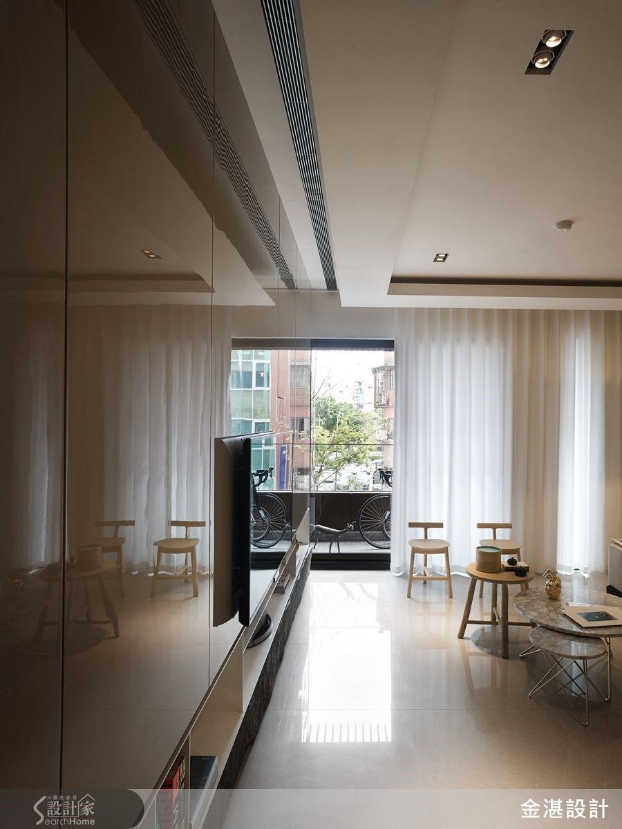從玄關進入室內,反射自然光的亮面鋼琴烤漆電視牆,不僅讓室內別具風雅氣息,也讓環境更具通透感。