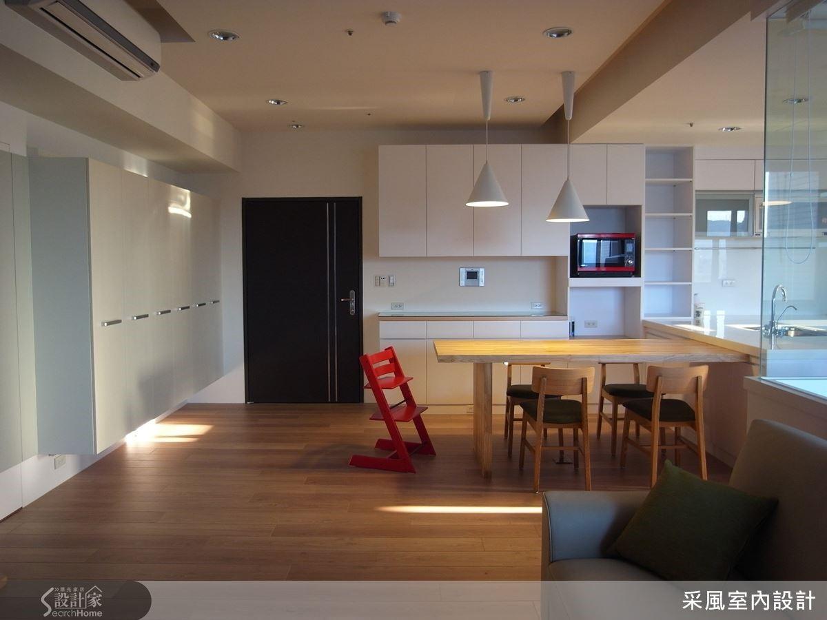 整體居家以簡約清爽為主要訴求,宛如被白色畫布輕柔地包覆著,木色地板的襯托下,塑造北歐都會住屋的寫意個性。