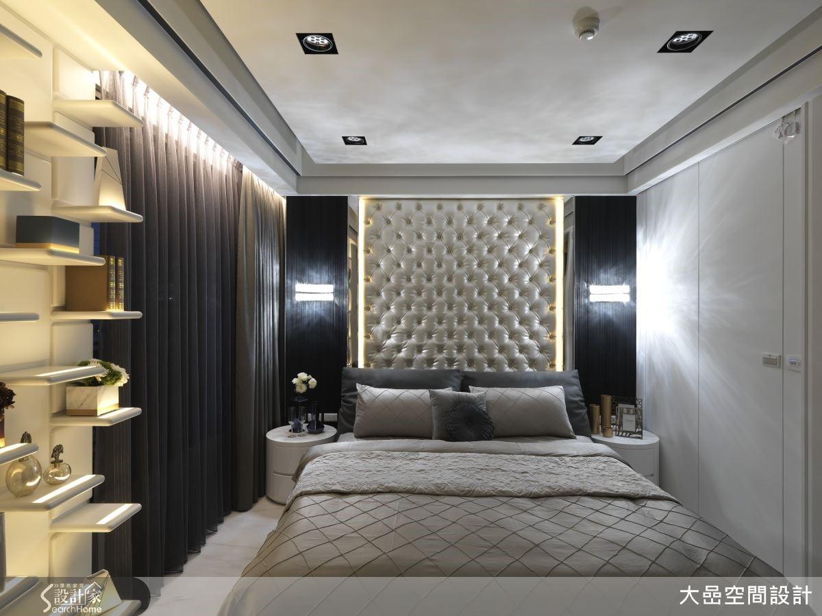 主臥室裡令人目不轉睛的床頭背板,以鑲嵌水晶的皮革法式拉釦展現優雅尊貴氣質,讓人一踏入房間便能釋放所有煩惱,感到前所未有的舒心氛圍。