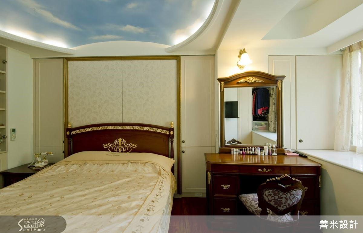 貼心為女主人規劃的小收納區,就藏在化妝台旁邊的壁面收納區。