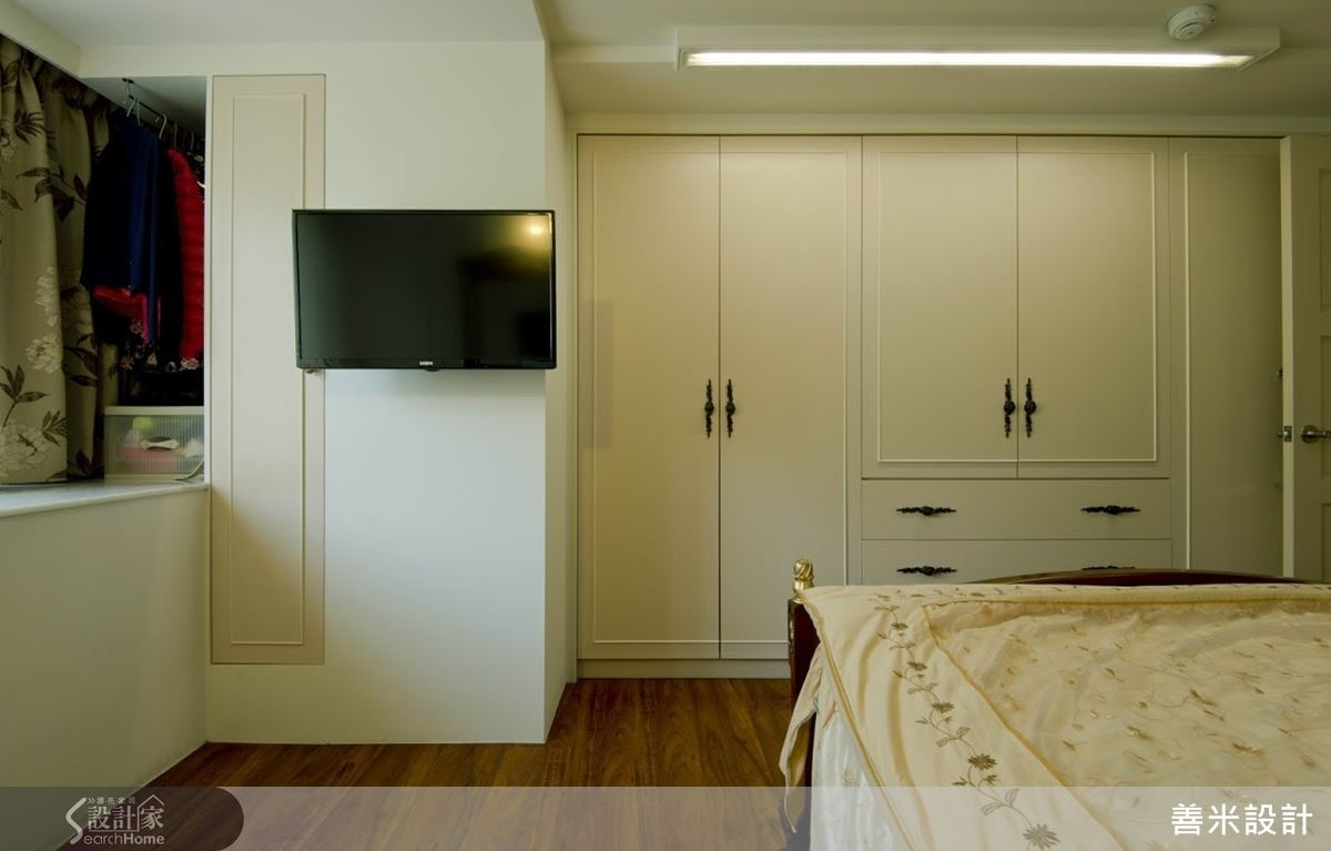 善用電視牆旁的畸零空間,成為屋主隨手吊掛的衣物間。