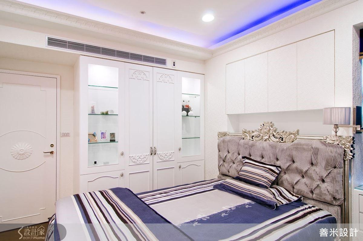 主臥展示櫃的牆面,暗藏更衣室的空間,也是創意的設計手法。