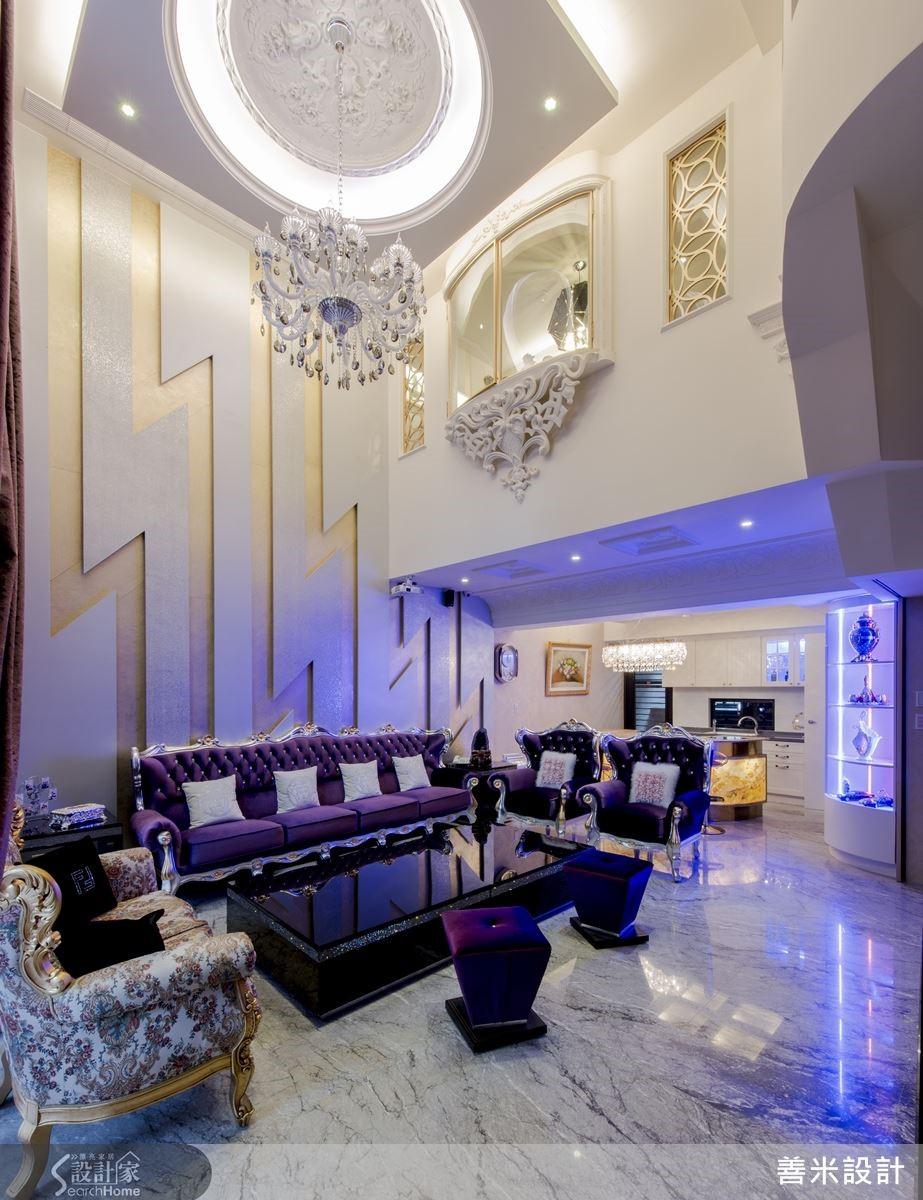 設計師以新古典風格,將雕花飾板妝點在客廳,襯托出簡約大方的精緻品味。
