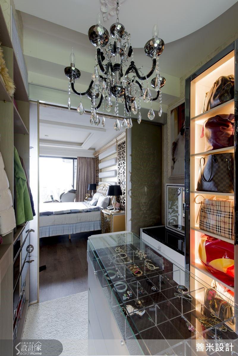 更衣室收納兼展示櫥櫃的設計,搭配引人矚目的水晶吊燈,就像國際精品專櫃般的晶亮耀眼。