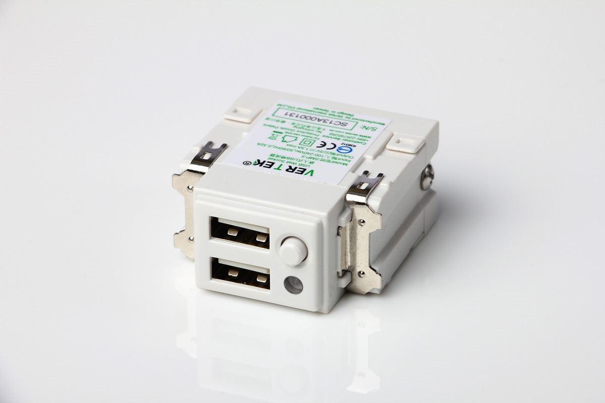 單顆的 USB 插座模組頗小巧,嵌埋在牆壁、木作或家具裡也不顯突兀,還可合併多顆以擴充插槽。